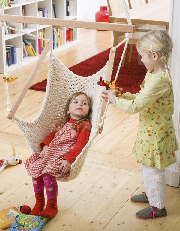 2 Kinder spielen im Kinderschwinger