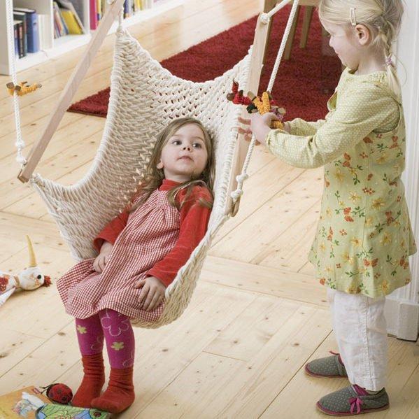 2 Mädchen spielen am Kinderschwinger M