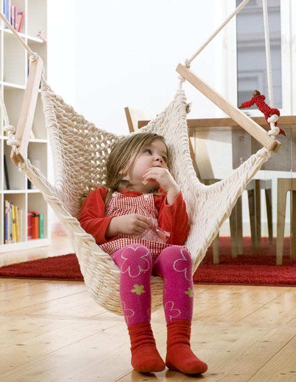 Ein Mädchen träumt im Kinderschwinger M