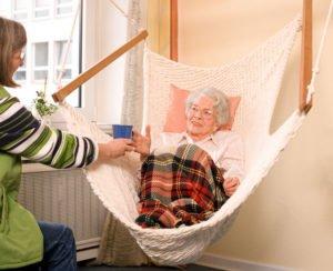 ein Hängesessel im Pflegeheim