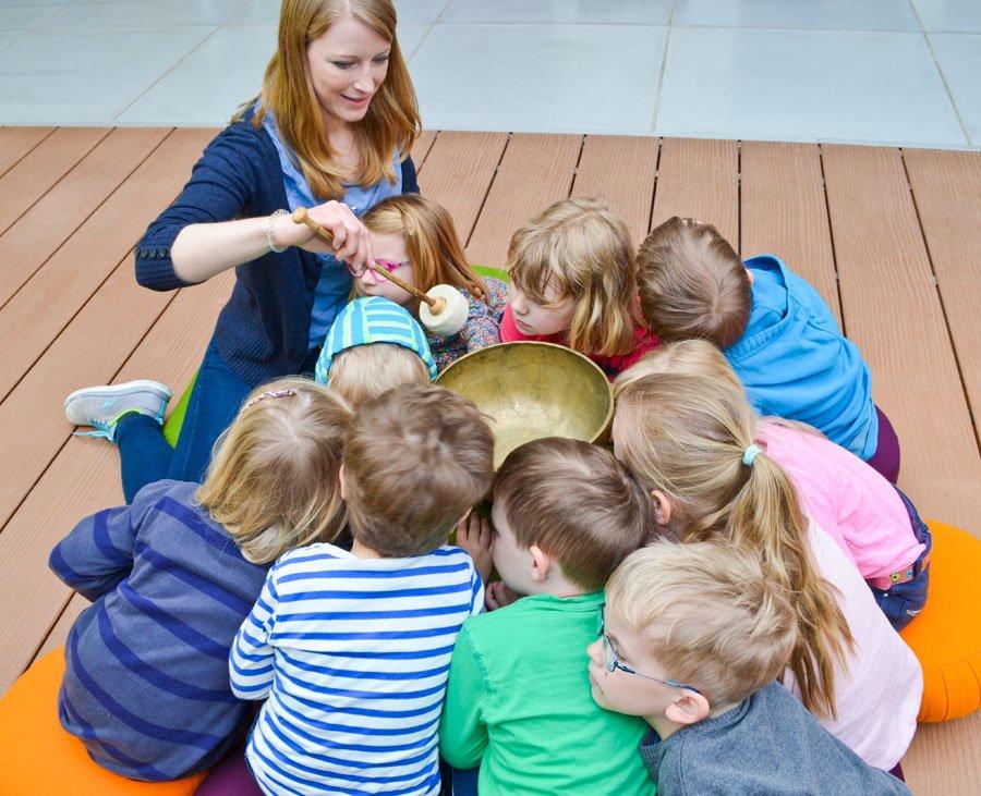 Kinder hören auf den Klang der Klangschale