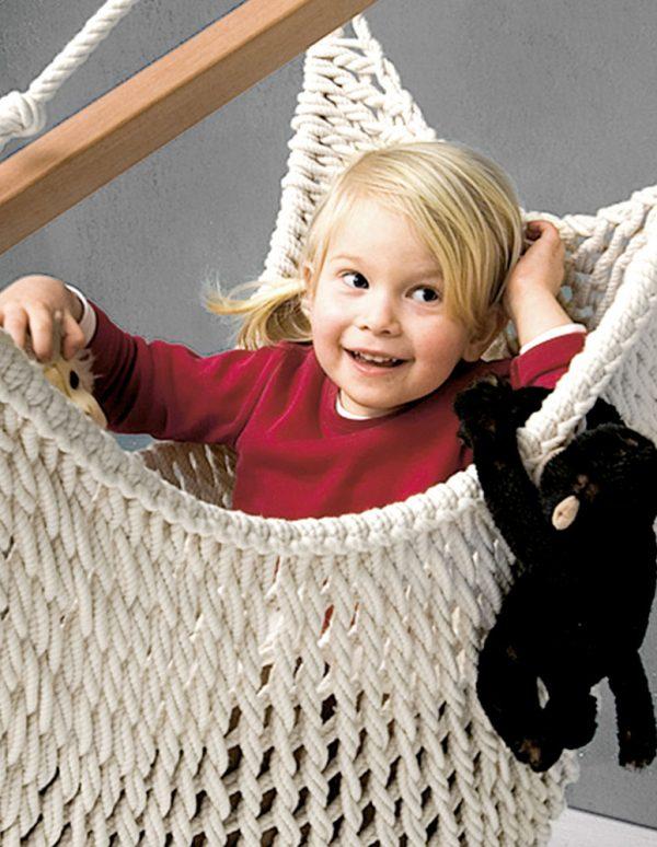 Ein Kind sitzt im mitwachsenden Babyschwinger