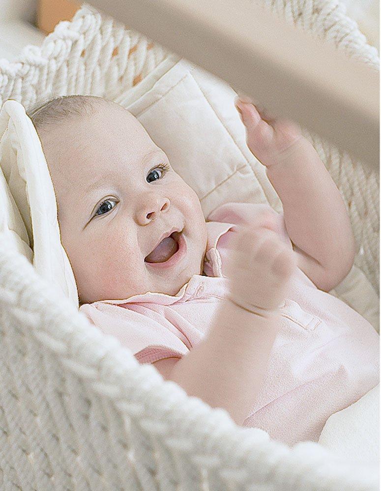 Einfröhliches Baby im Babyschwinger