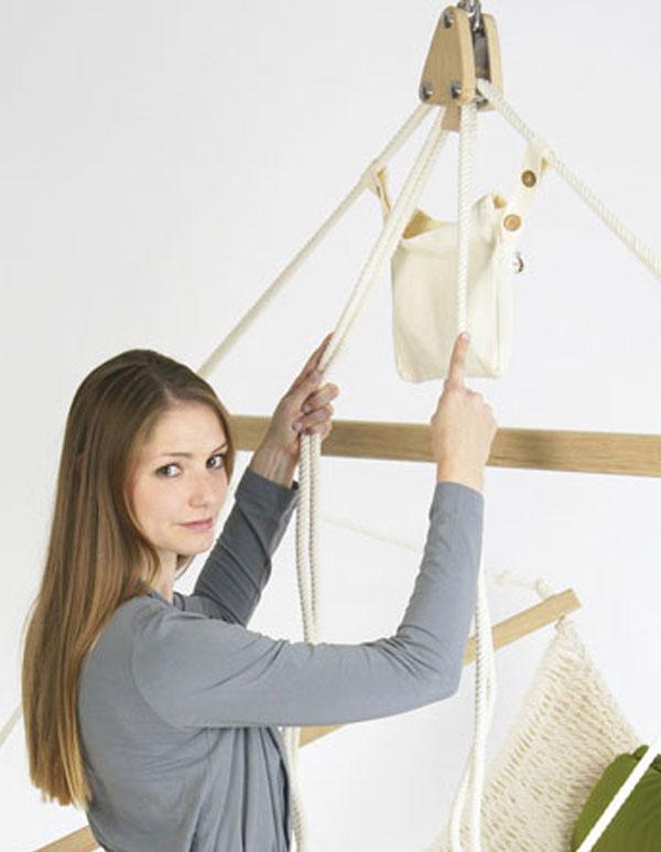 Eine Frau zeigt die Funktion der Höhenverstellung