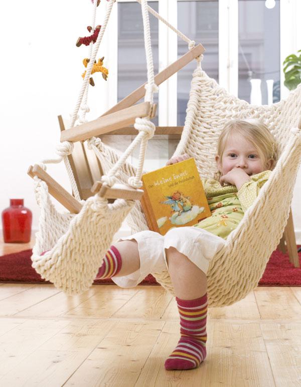 Ein Kind liest im Traumschwinger M