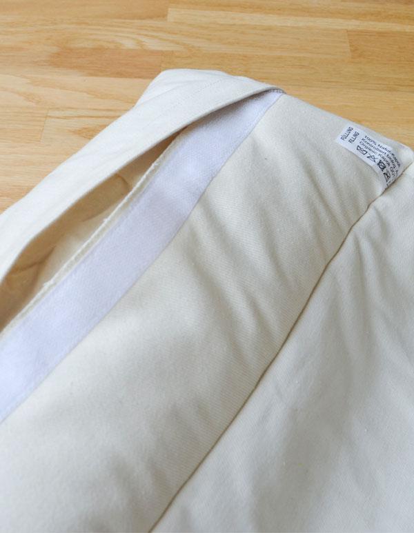 Geöffneter Klettverschluss vom Nackenkissen zum herausnehmen des Inlays