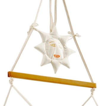 Die Seiltasche Sonne hängt an den Seilen des Traumschwingers