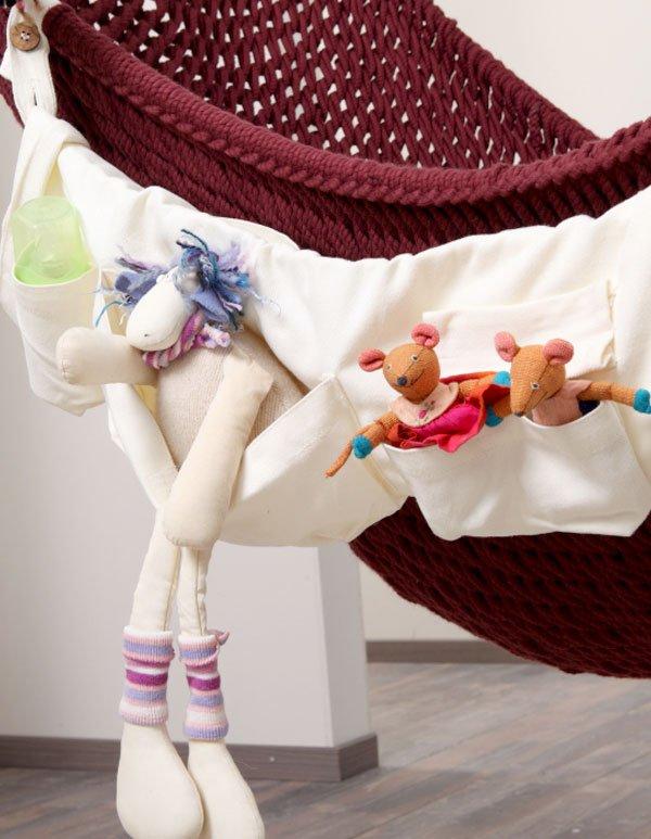 In der großen Traumschwinger Seitentasche stecken Babyutensilien