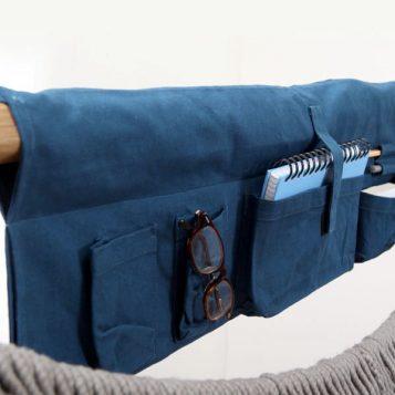 In der großen Traumschwinger Seitentasche stecken Brille, Stifte und Notizbuch