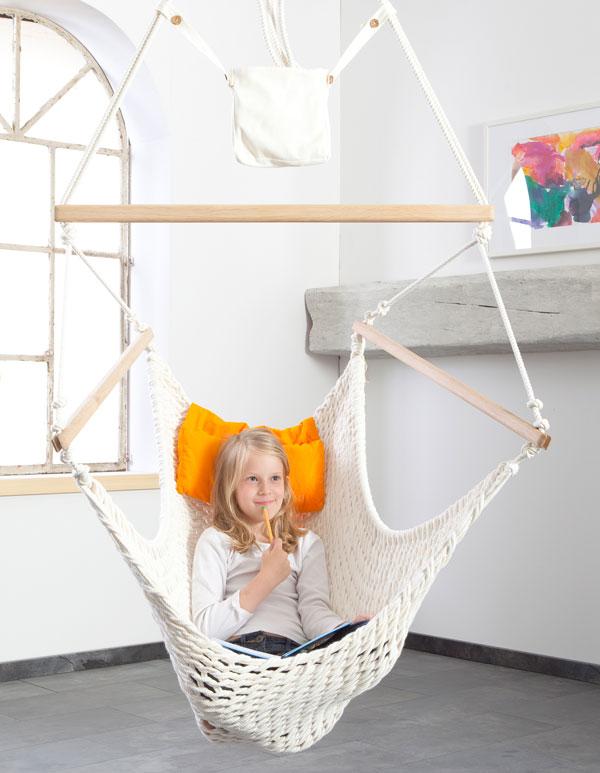 Ein Mädchen sitzt im Traumschwinger L ohne Fußteil
