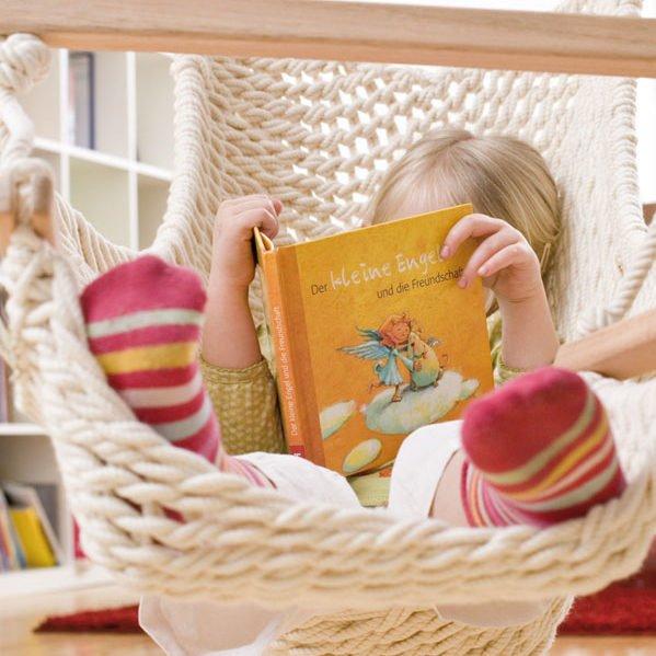 Ein Mädchen liest im Traumschwinger M
