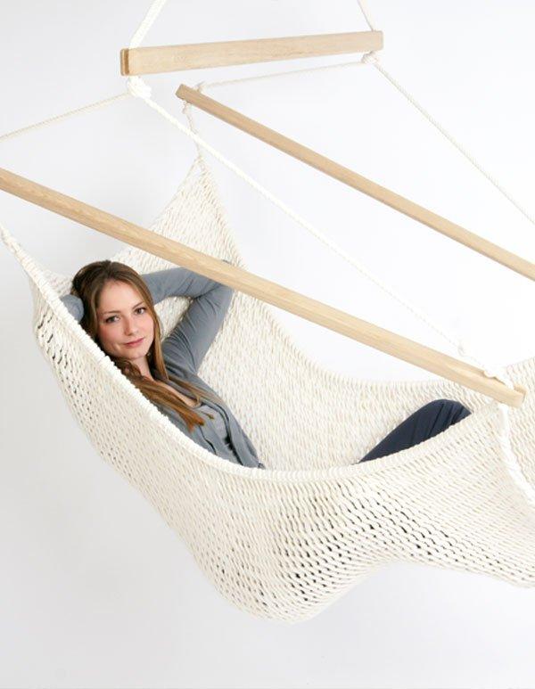 Eine Frau entspannt im Traumschwinger XXL Extra Large