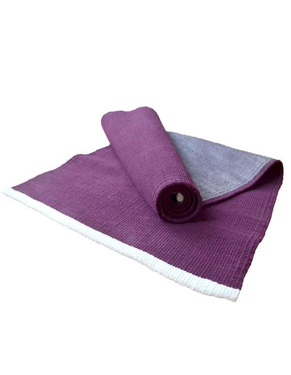 Eine lila farbige Yogamatte mit Naturlatex an der Unterseite