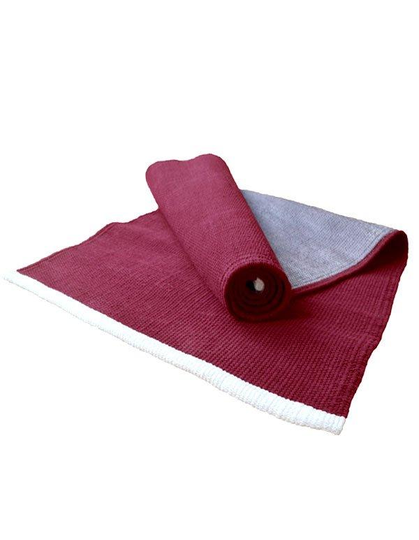 Eine rote Yogamatte mit Naturlatex an der Unterseite