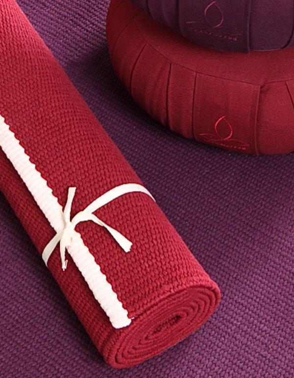 Farbige Yogamatten mit passenden Yogakissen