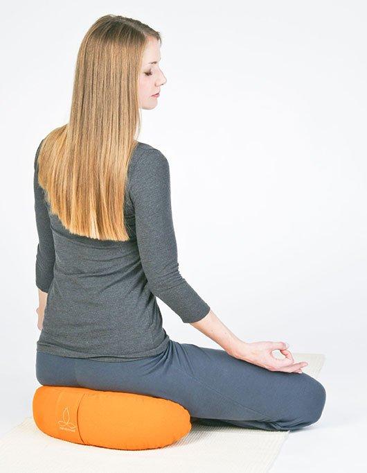 Halber Lotussitz auf Halbmond Yogakissen