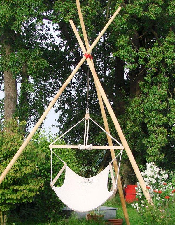 Hängesessel mit Bambus Gestell im Garten