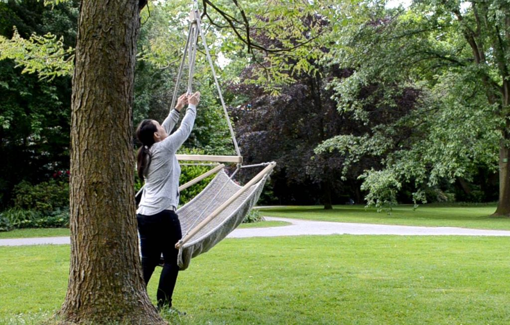 Hängesessel im Garten vom Baum abhängen