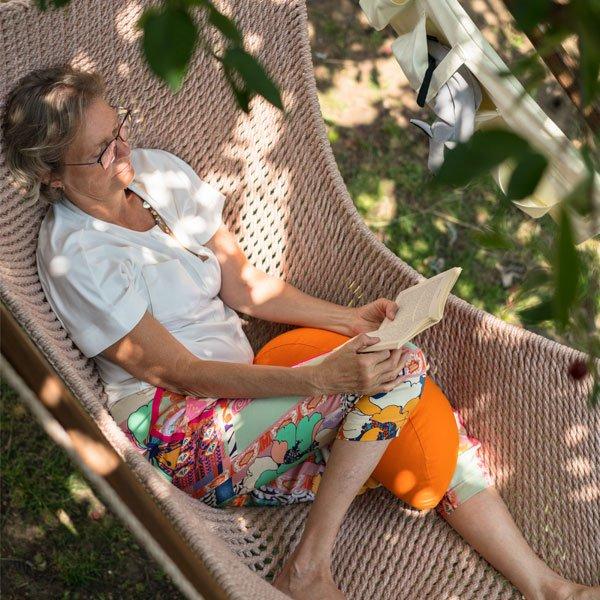 Im Hängesessel im Garten lesen